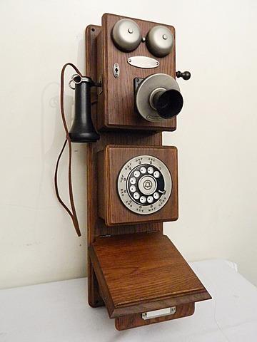 Telefono en caja de madera