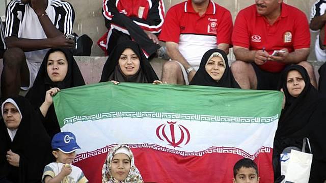 Las mujeres en Irán asistieron por primera vez y de forma masiva a un partido de fútbol