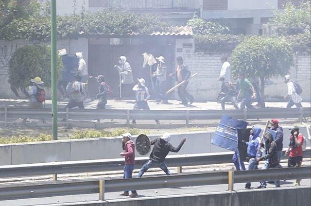 En Cochabamba, masistas desbloquean a punta de machetes y palos