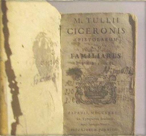Manuzio encaró la necesidad de libros más pequeños y más económicos con la publicación del proto tipo del libro de bolsillo.