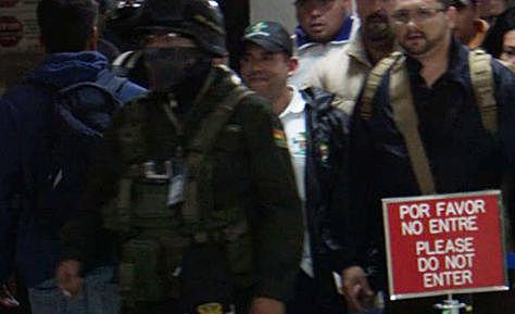 Camacho llega a El Alto y desciende a La Paz en medio de resguardo policial y acompañado de políticos