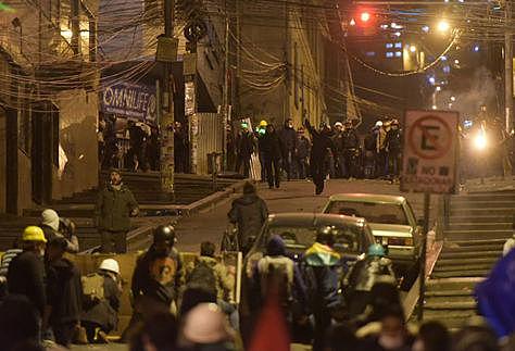 Choque entre mineros y universitarios deja al menos diez heridos en el centro de La Paz