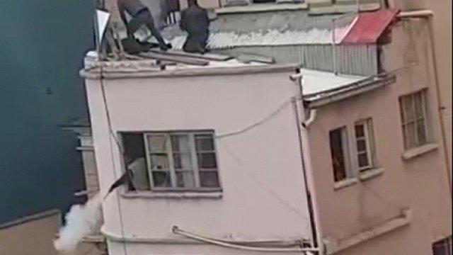 Lanzan petardos a manifestantes desde el techo del Ministerio de Salud