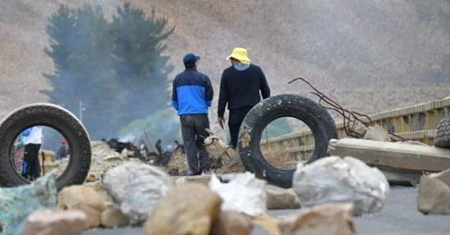 Afines al MAS bloquean en Oruro y La Paz para evitar el paso de caravanas