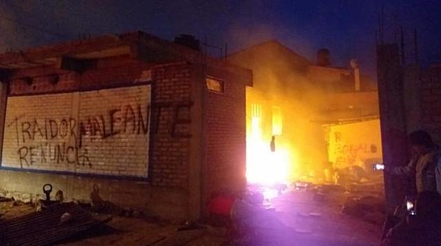 Queman la casa del gobernador de Oruro tras emboscada en Vila Vila