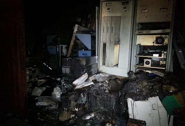 Manifestantes en El Alto incendian planta transmisora de Unitel y derriban su antena