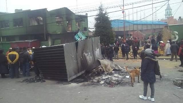 Turbas queman y destruyen unas ocho unidades policiales en El Alto y La Paz en un día