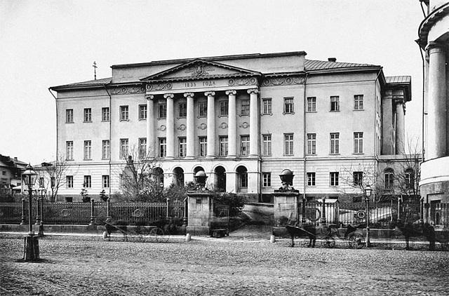 Поступает в Московский Университет