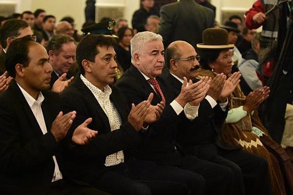 Juran 5 nuevos ministros con miras a pacificar el país