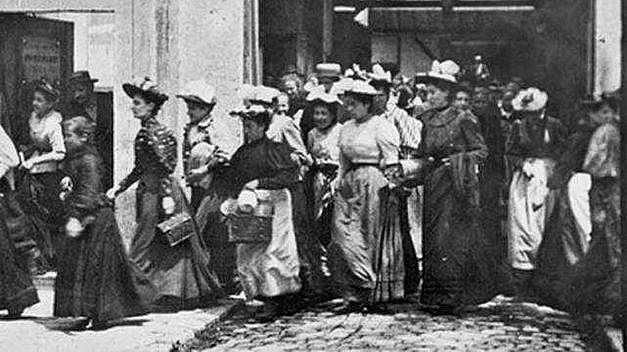 Nº 21 La Salida De Los Obreros De La Fábrica Lumière en Lyon (1895) - Hermanos Lumière