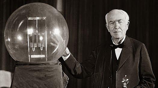 Thomas Edison inventa la bombilla eléctrica