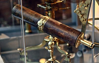 Telescopio reflector por Issac Newton.