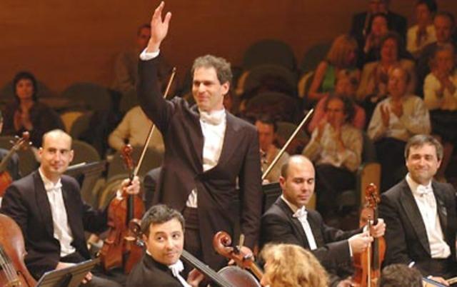 Ocupa un lloc en l'orquestra del seu poble.