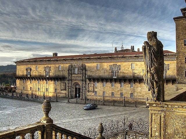 En la península Ibérica se construye el Hospital Real de Santiago.