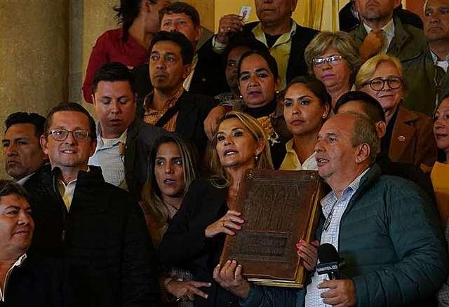 Áñez asume la Presidencia de Bolivia ante vacancia y aplicando la sucesión constitucional
