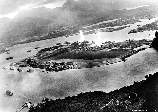 ZDA pristopi v vojno k zaveznikom zaradi Japonske(Bitka za Pearl Harbor)