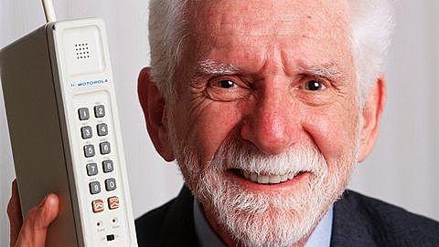 Se realiza la primera llamada usando un teléfono móvil.
