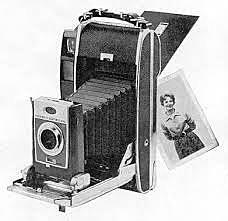 Edwin H Land développe la photographie instantanée avec le polaroid