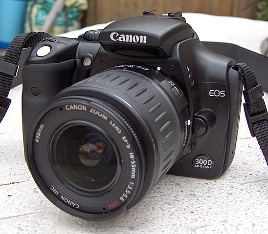 Le Canon EOS 300D équipé d'un capteur de 6,3 mégapixels est le premier reflex numérique destiné au grand public