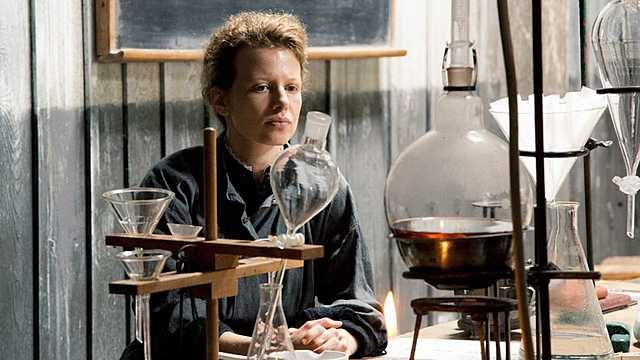 Zer ekarpen egin dio Marie Curie zientzian?