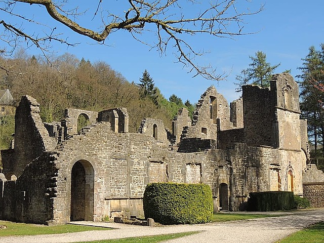 De första klostren blir en del av kristendomen