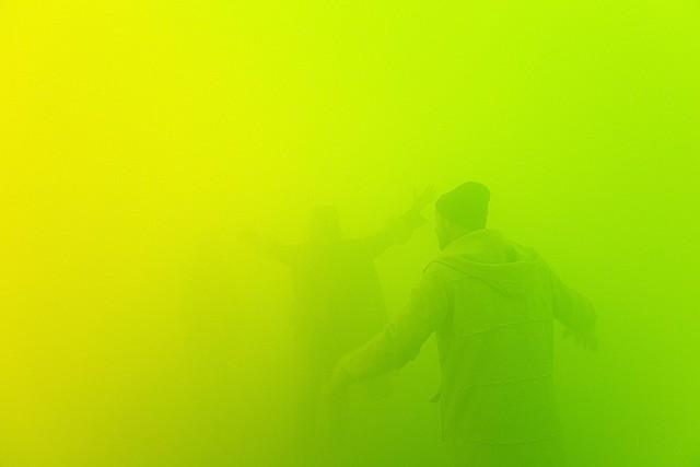 """Prof - La dématérialisation / Ann Veronica Janssens: """"Lee 121"""" (Environnement pénétrable. Brouillard artificiel vert, La Sucrière, Biennale d'Art Contemporain de Lyon 2005)"""