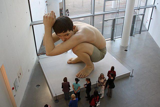 """Prof - L'échelle / Ron Mueck: """"Boy"""" (Silicone, fibre de verre, résine polyester, peinture à l'huile, cheveux, 490 x 490 x 240 cm, Kunstmuseum, Aarhus, Danemark, Hyperréalisme)"""
