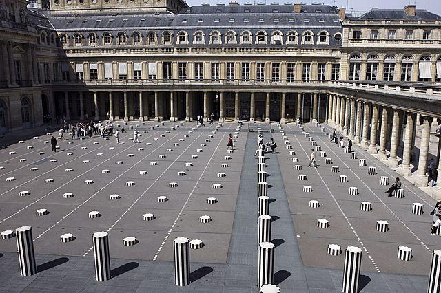 """Prof - In-situ / Daniel Buren: """"Les deux plateaux"""" (Oeuvre in-situ. Marbre blanc et noir. Grilles métalliques. Plan d'eau et éclairages. Cour d'honneur du Palais-Royal, Paris)"""