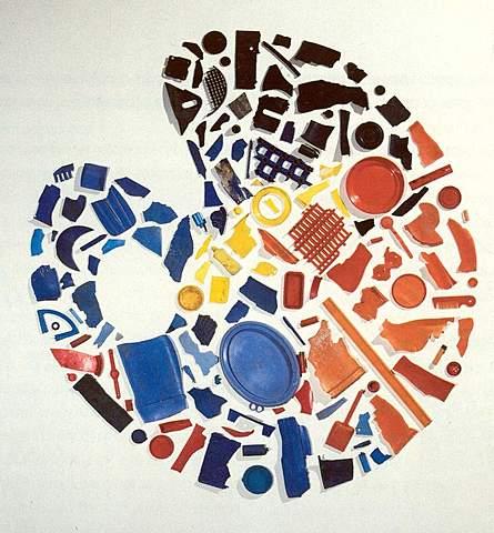 """La cimaise / Tony Cragg: """"Palette"""" (Objets en plastique bleu, jaune, rouge. 162 x 180 cm. Collection FRAC Bourgogne)"""
