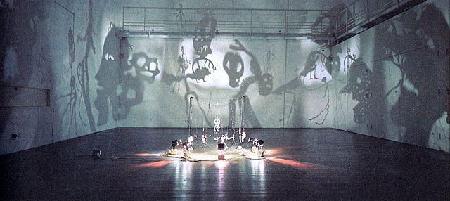 """Prof - Les éclairages / la projection / Christian Boltanski: """"Le Théâtre d'ombres"""" (Oeuvre sans cesse renouvelée. Figurines en carton, papier, laiton, fil de fer, projecteur et ventilateur. Les ombres sont mouvantes,  projetées et agrandies sur les murs)"""