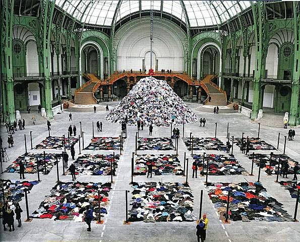 """Prof – L'environnement / Christian Boltanski: """"Personnes"""" (Environnement éphémère in-situ de 13500 m2 visible dans la nef du Grand Palais, à Paris du 13/01/2010 ou 21/02/2010)"""