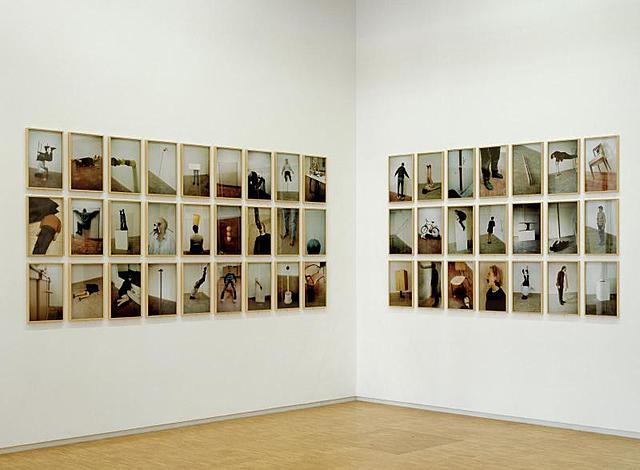 """Prof – La sollicitation du spectateur / Erwin Wurm: série des """"One minute sculptures"""" (Série de 48 photographies couleur. Musée National d'Art Moderne, Paris)"""