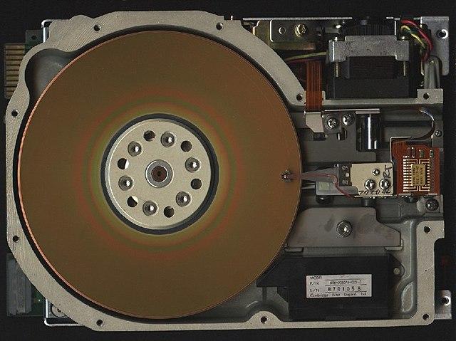 La llegada del primer disco PATA o IDE, el primer disco duro para las masas.