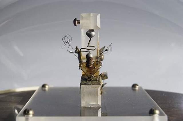 John Bardeen, William Shockley y Walter Brattain inventan el transistor, que en pocos años cambiaría por completo el panorama de las computadoras.
