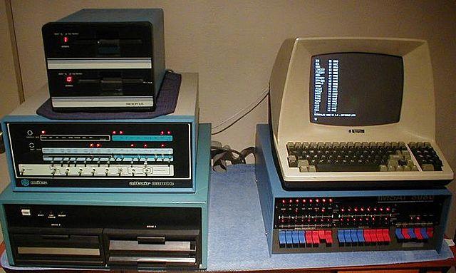 Paul Allen y Bill Gates crean Microsoft y el primer software para microcomputador: una adaptación BASIC para el ALTAIR.