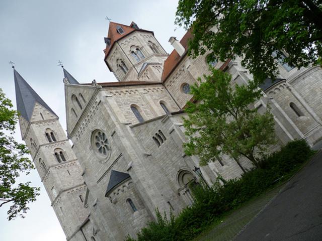 Comença a fer d'organista a la catedral de San Aldabert a Praga