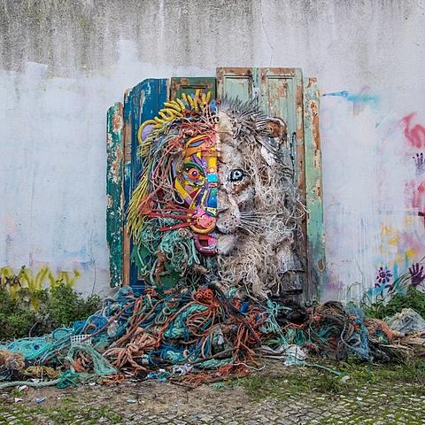 """GUILLIEZ Manon, façon de présenter / Artur Bardalo, """"half lion"""", sculpture de déchets"""