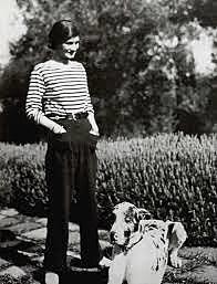 Coco Chanel vestida con una marinière y pantalones masculinos