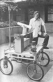 """la Universidad de Stanford crea el Stanford Cart, un robot que sigue """"visualmente"""", de forma autónoma."""