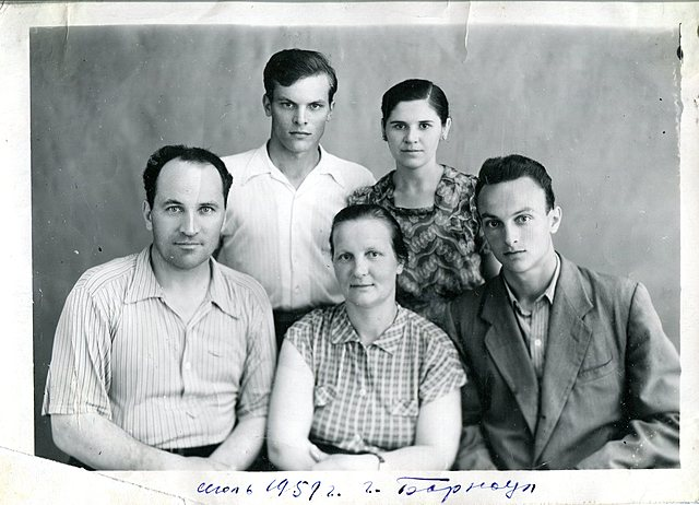 Попов В. Г. с женой и сыновьями.