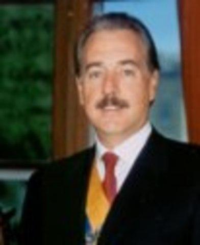 Asume la presidencia de Colombia, Andrés Pastrana Arango en reemplazo de Ernesto Samper.