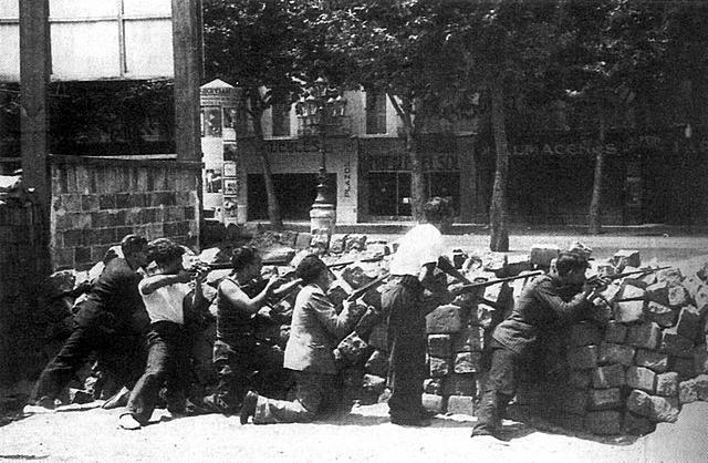 DISTINTAS FUERZAS REPUBLICANAS ENFRENTADAS LUCHAN ENTRE SÍ EN BARCELONA A CAUSA DE LA PRIMACÍA DE LA REVOLUCIÓN