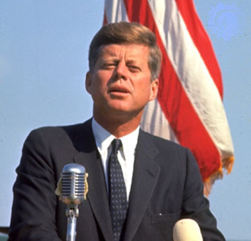 El presidente de los Estados Unidos Jhon F. Kennedy, visita Colombia, en compañía de su esposa Jacqueline. Son recibidos en Bogotá por el presidente Alberto Lleras.