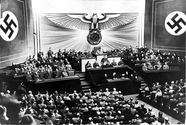 Estados Unidos ordenam o fechamento de todos os consulados alemães no país.