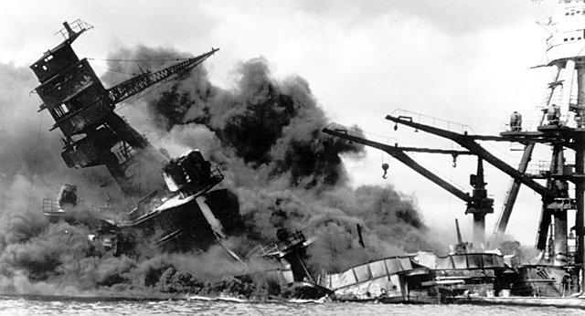 O Japão ataca a base norte-americana de Pearl Harbor.