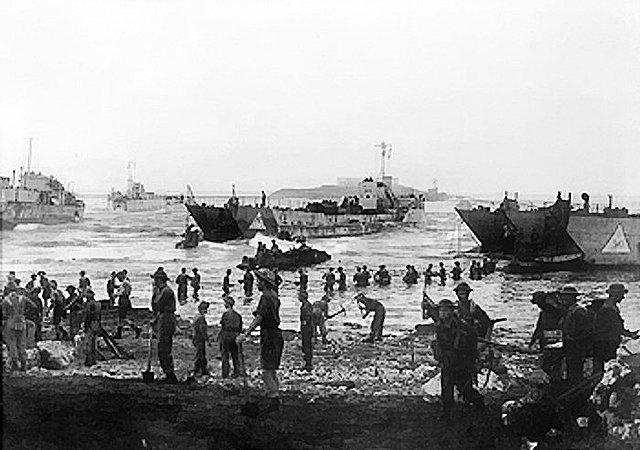 Tropas aliadas desembarcam na Sicília.