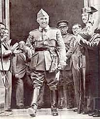 El general Francisco Franco decide destinar una importante parte de sus fuerzas para liberar a los rebeldes asediados en el Alcázar de Toledo. Franco concentra el poder entre los sublevados: es designado generalísimo y jefe del gobierno.