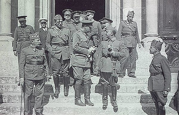 El gobierno de Largo Caballero se traslada a Valencia ante el ataque franquista contra Madrid, repelido por la Junta de Defensa encabezada por el general José Mia