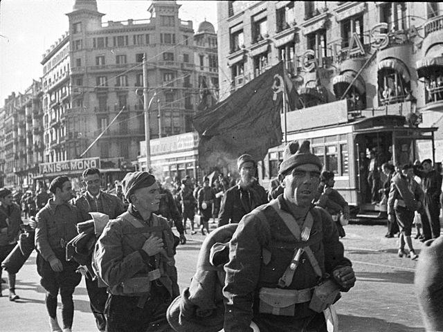 Mayo de 1937Luchan entre sí en Barcelona distintas fuerzas republicanas enfrentadas a causa de la primacía de la revolución o la organización militar.