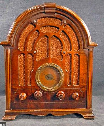 Las familias llegan a tener receptores de radio.